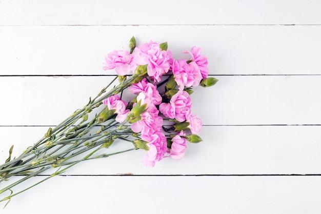 Bouquet de fleurs vue de dessus sur fond en bois