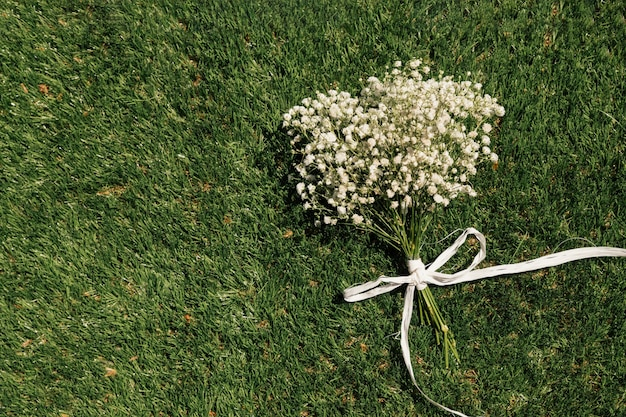 Bouquet de fleurs vue de dessus sur l'herbe