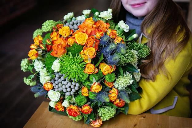 Bouquet floral de fleurs lumineuses et magnifiques de belles fleurs rouges pour la saint valentin. gros plan photo