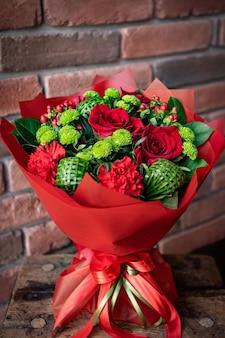 Bouquet floral de fleurs lumineuses et magnifiques de belles fleurs rouges pour la saint valentin