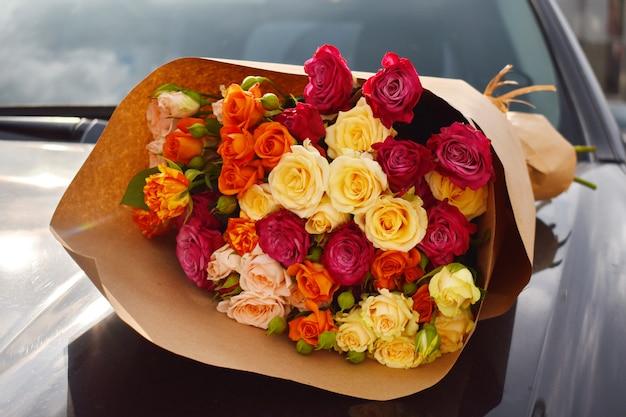 Bouquet floral sur voiture