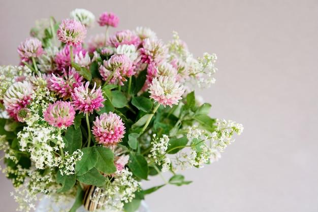 Bouquet de fond floral de fleurs de trèfle rose
