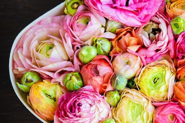 Bouquet en forme de coeur avec des fleurs d'anémone