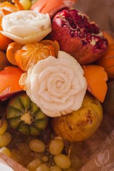 Bouquet de fruits sculptés, cadeau original de nourriture créative, dessert