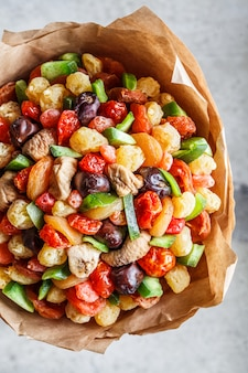 Bouquet de fruits secs et de fruits confits.