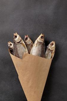 Bouquet de gardon séché à l'air salé dans du papier d'emballage sur fond gris