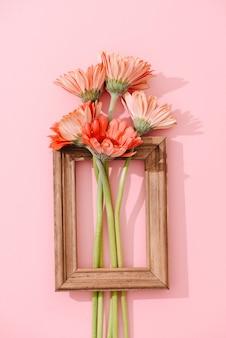 Bouquet de gerbera et décoration de maison en planche de bois vintage dans un style rustique avec cadre