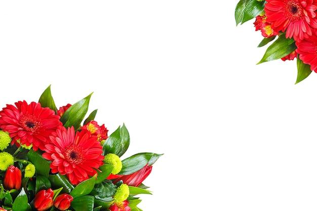 Bouquet de gerberas sur un mur blanc