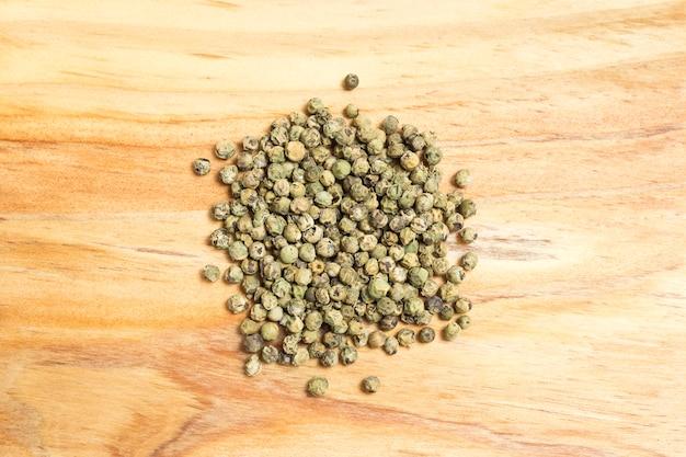 Bouquet de grains de poivre sur une planche de bois