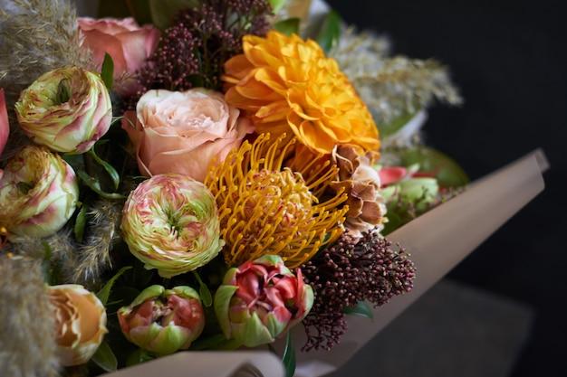 Bouquet de gros plan décoré dans un style vintage sur un fond sombre, selective focus