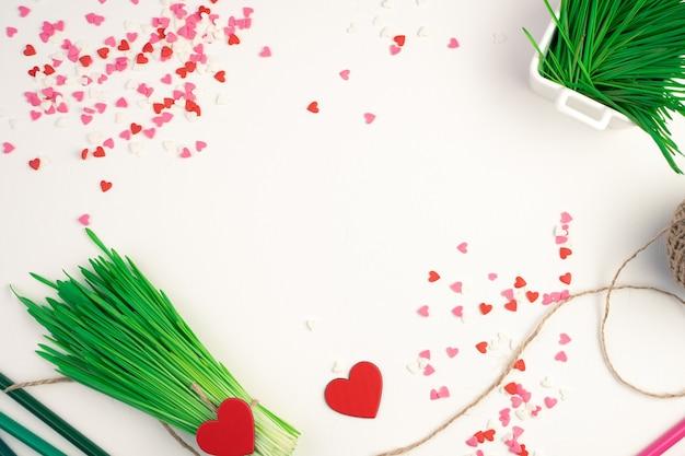 Bouquet d'herbe et de coeurs sur fond clair. vue de dessus avec espace pour copier.