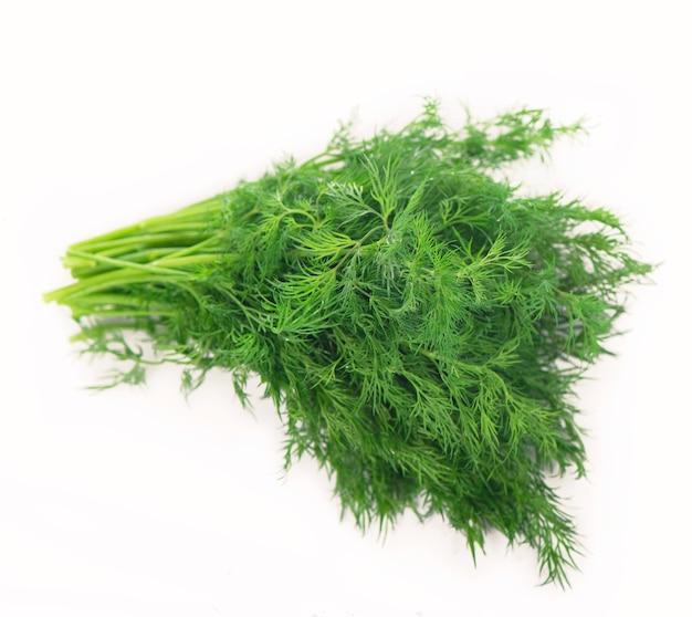 Bouquet d'herbes d'aneth frais isolé sur une surface blanche