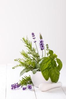 Bouquet d'herbes fraîches du jardin