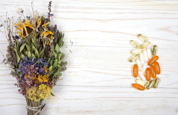 Bouquet d'herbes et un tas de pilules