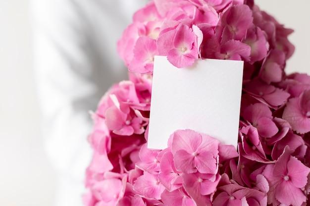 Bouquet d'hortensia rose avec note