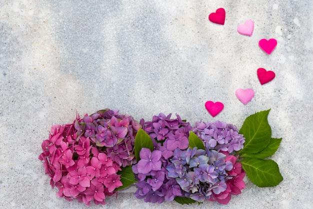 Bouquet d'hortensias et cinq coeurs colorés de feutre