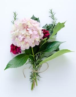 Bouquet d'hortensias et de dahlias sur fond blanc. vue de dessus.