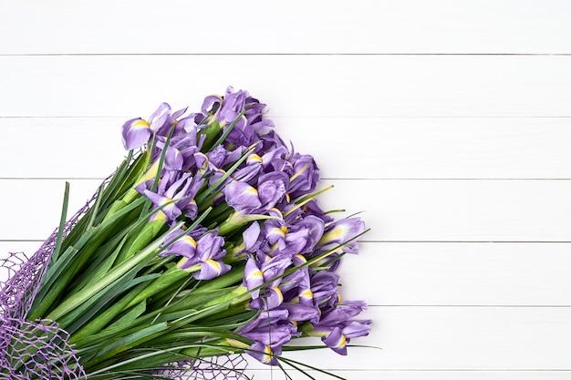 Bouquet d'iris sur fond en bois blanc