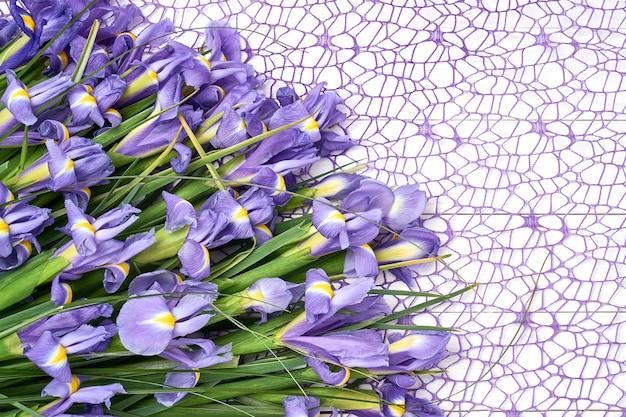 Bouquet d'iris sur une nappe décorative.