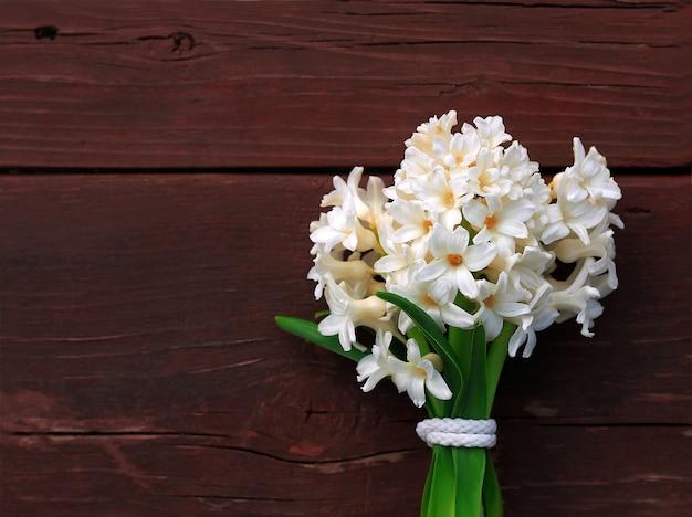Bouquet de jacinthes au printemps. fond - vieille table.