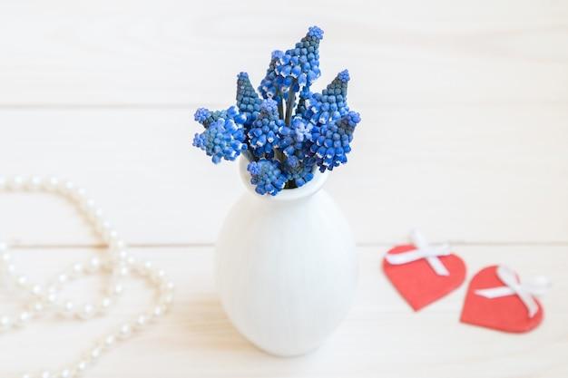 Un bouquet de jacinthes pour la saint valentin et deux coeurs rouges