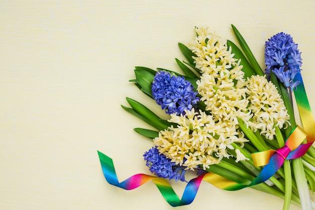 Bouquet de jacinthes de printemps décorées avec un ruban.