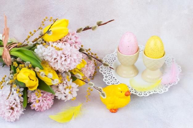Un bouquet de jacinthes et de tulipes, un poulet et deux œufs