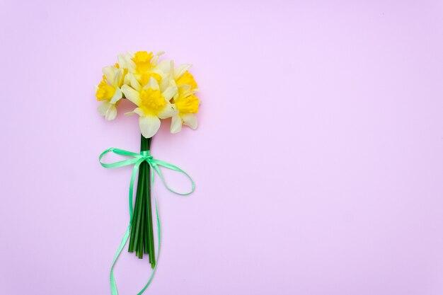 Bouquet de jonquilles jaunes, cadeau de printemps / fond