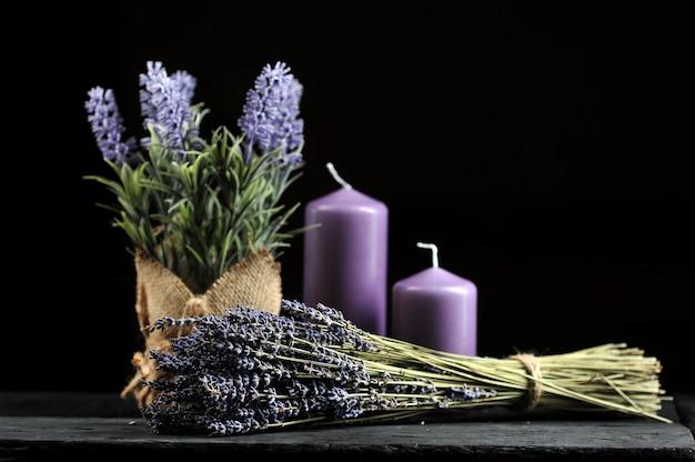 Bouquet de lavande attaché avec de la ficelle et des bougies aromatiques lilas