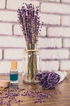 Bouquet de lavande coupée à sec sur la table en bois. briques blanches, focus sélectionné.