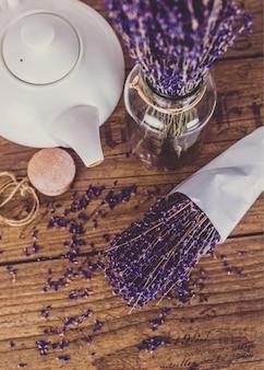 Bouquet de lavande coupée à sec et théière sur table en bois. vue de dessus.