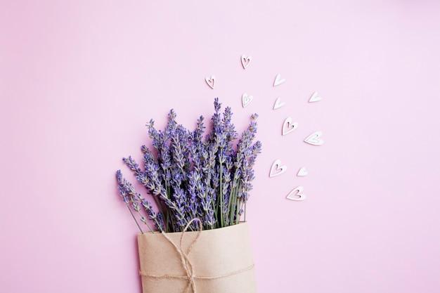 Bouquet de lavande dans un emballage artisanal avec des coeurs