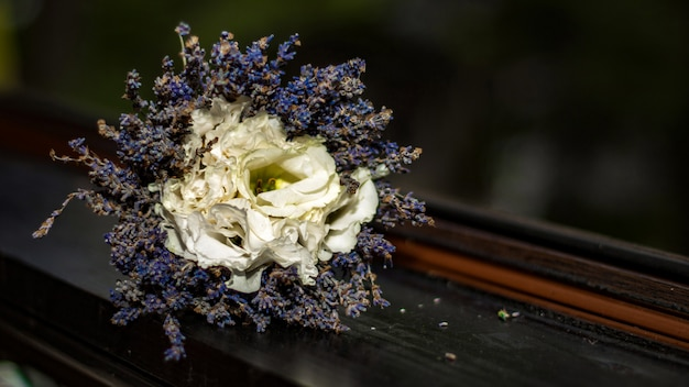 Bouquet de lavande et roses blanches