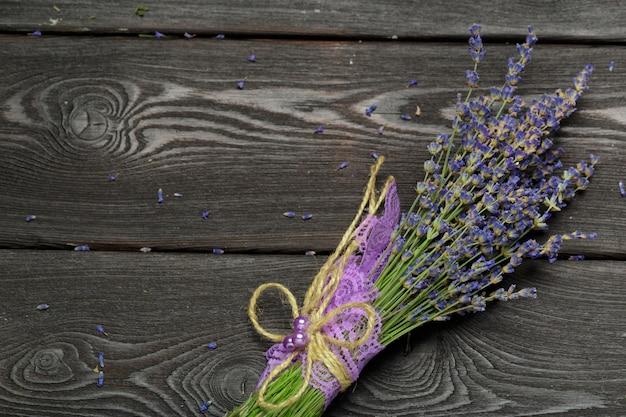Bouquet de lavande séchée sur bois