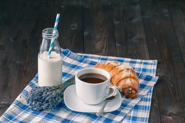 Bouquet de lavande et tasse de café sur le bureau