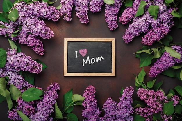 Un bouquet de lilas à la craie sur fond rouillé. fête des mères