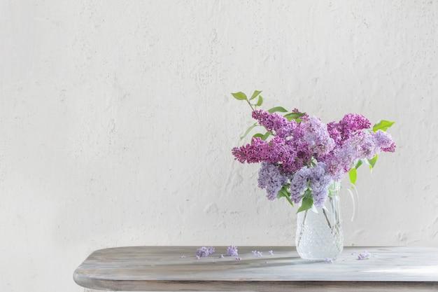 Bouquet de lilas dans une cruche en verre
