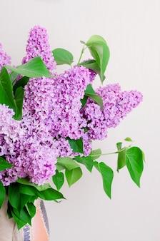 Bouquet de lilas dans un vase.