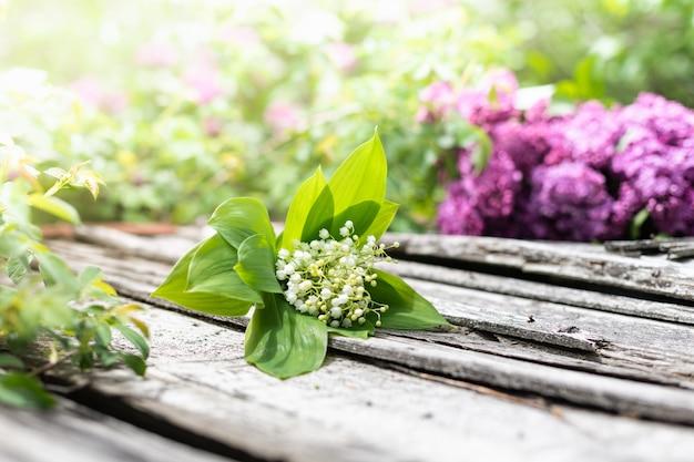 Bouquet de lilas sur un fond en bois. copie espace