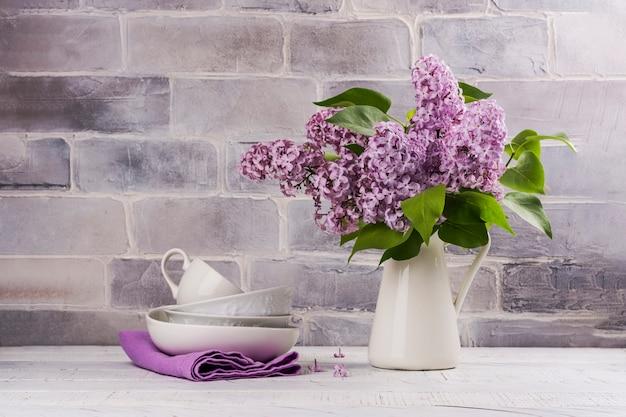 Bouquet de lilas et de vaisselle