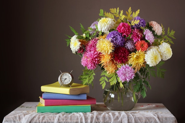 Bouquet et livre. retour à l'école. 1er septembre. la journée des enseignants. le jour de la connaissance.