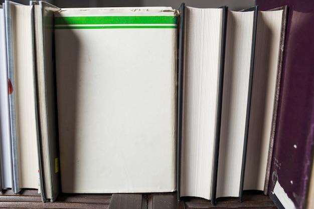 Bouquet de livres sur étagère