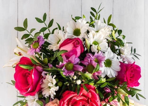 Bouquet de luxe de fleurs mélangées dans la boîte à chapeau.