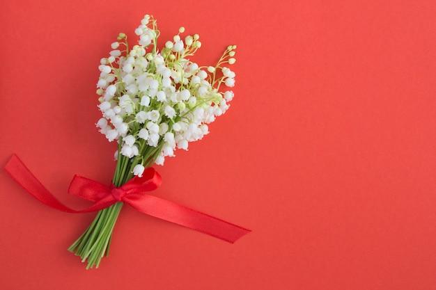 Bouquet de lys isolé sur rouge