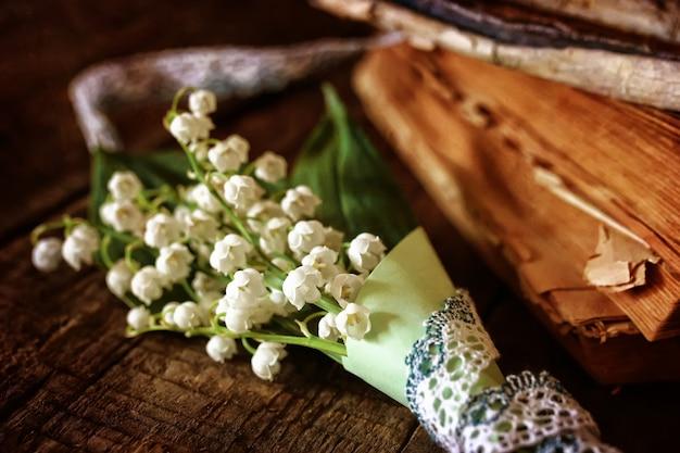 Bouquet de lys et livre rétro