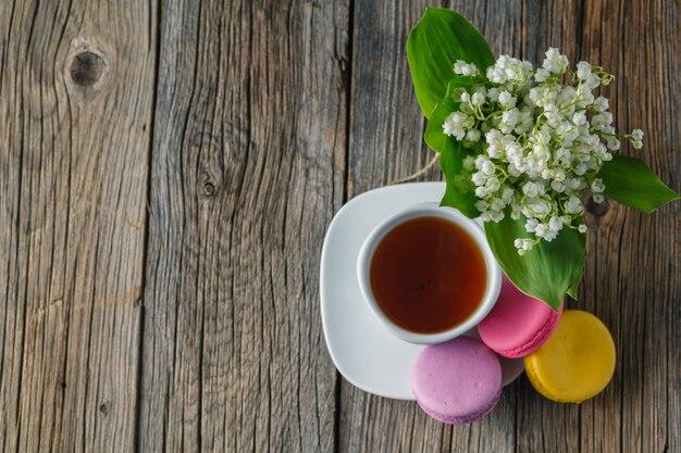 Bouquet de lys et tasse de thé