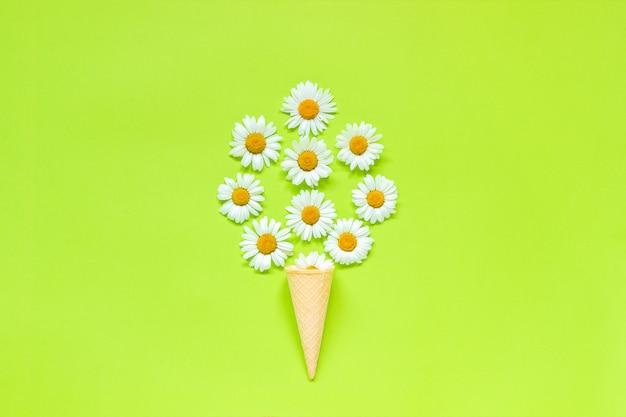 Bouquet de marguerites de camomille fleurs dans le cornet de crème glacée