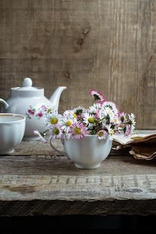 Bouquet de marguerites communes dans une tasse de thé