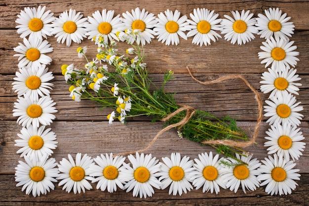 Bouquet de marguerites sur le vieux fond en bois