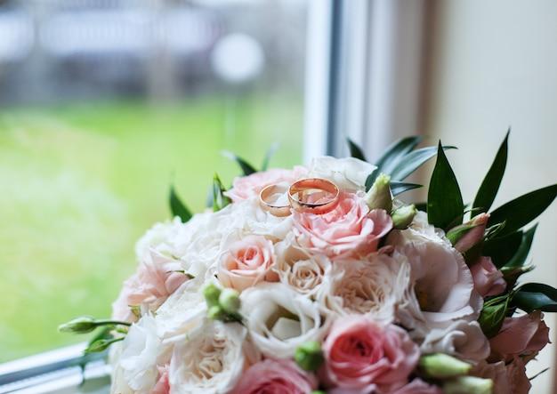 Bouquet de mariage et bagues.